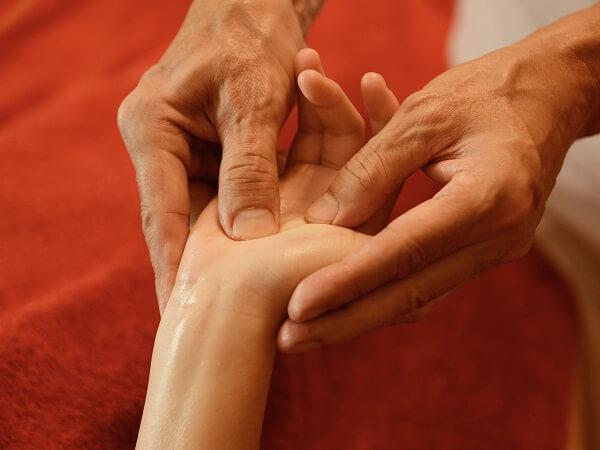 Cách massage bấm huyệt ở bàn tay giúp trị bệnh hiệu quả